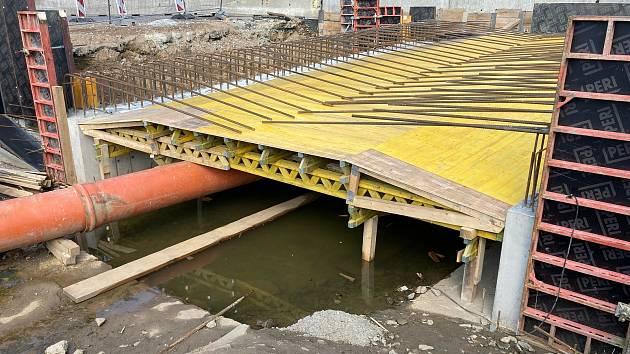 Stavba mostu v Předíně na starším snímku.