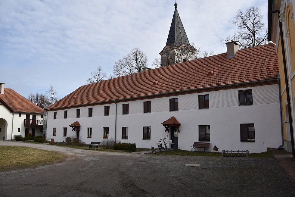 Část zámku slouží jako dům s pečovatelskou službou.
