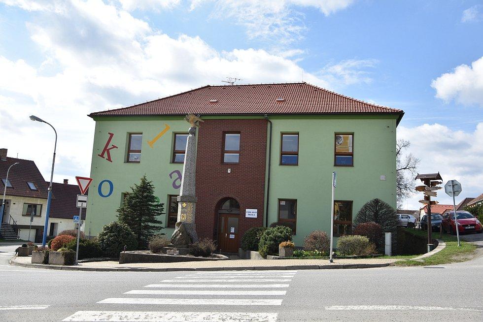 Budova základní školy ve Starči naproti úřadu městyse