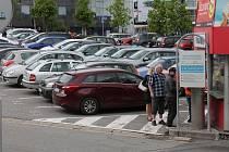 Chytré parkoviště už je na Komenského náměstí. Detekuje, kolik zde stojí aut, parkovací automat je pro mnohé rébus.
