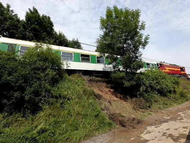 Doslova na poslední chvíli se lidem v Bransouzích podařilo zastavit rozjíždějící se vlak. Hrozilo totiž, že po přívalovém dešti se pod ním na podmáčeném svahu utrhnou koleje.