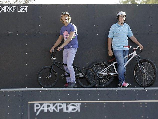 U fotbalového hřiště město ve spolupráci sNadací ČEZ nechalo vybudovat skate–bike park za 1,4 milionu korun.