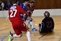 Třebíčským Sniperům (v modrém) příliš nesvědčila v zápase na půdě krajského rivala FBŠ Jihlava role papírového favorita. Lídr také na půdě aktuálně třetího týmu tabulky padl.