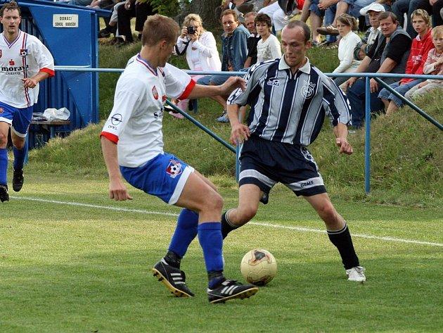 Fotbalisté Budišova (v pruhovaných dresech) v derby s rezervou Velkého Meziříčí vydolovali cennou remízu 2:2.