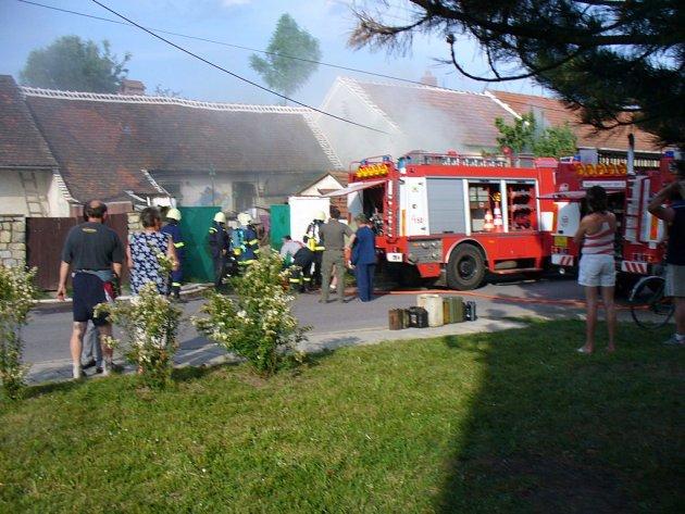 V Nových Syrovicích v neděli hořelo. Při požáru byl zraněn třiačtyřicetiletý muž.