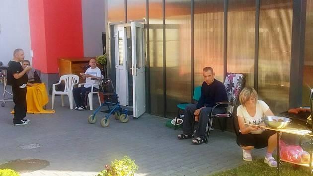 Uživatelé mobilní aplikace Pomáhej pohybem mohou od středy sbírat body pro mentálně postižené klienty Domova bez zámku, kteří žijí v dvoupodlažním rodinném domě v Hrotovicích.