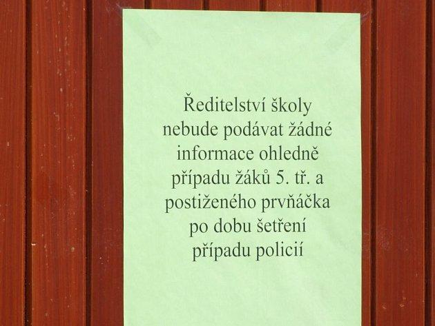 Nic se nedozvíte. Na dveřích školy visí už několik týdnů leták s výmluvným textem.