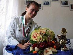 Eliška Vostalová a její výtvor.
