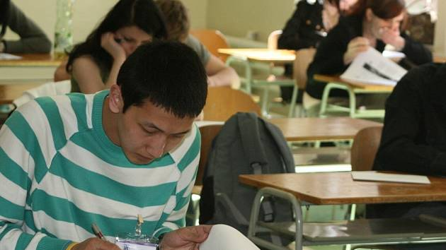 Dvacetiletý Erkhem Shinebayar z Mongolska lépe než rodným jazykem vládne angličtinou. Vyhrál první cenu v jazykové soutěži Lingua 2008.