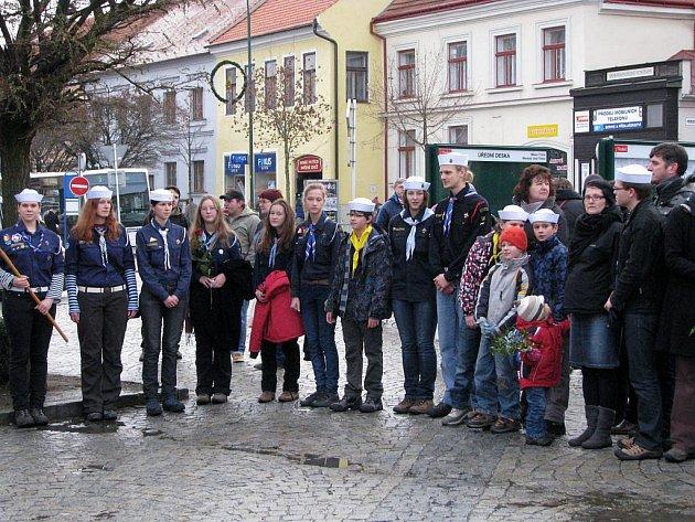Třebíčané včele s tamními skauty uctili památku Václava Havla minutou ticha také na Karlově náměstí u sousočí Cyrila a Metoděje.