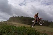 CELKOVĚ DRUHÝ. Výčapský Jezdec Adam Dobeš v posledním díle, závodu v Hruškách u Břeclavi, motokrosařského serálu Meteor Cup dojel šestý. To mu stačilo k celkovmu druhému místu.