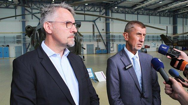 Andrej Babiš, Lubomír Metnar a Aleš Opata na vojenské letecké základně v Náměšti nad Oslavou