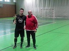 Kapitán vítězného týmu Orchestrion Aleš Palát převzal z rukou předsedy krajského futsalového svazu Zdeňka Petra pohár pro vítěze krajského finále.
