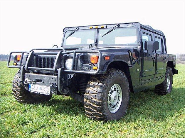 Hummer H1 je obří vůz, uvnitř má ovšem jen čtyři samostatné sedačky.