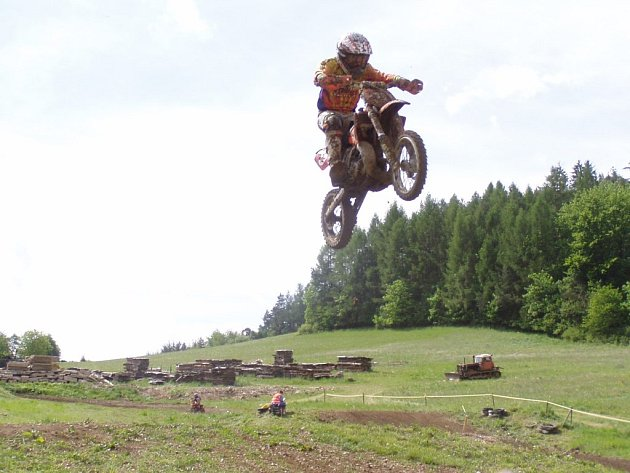 Nadějný závodník MOVY racing teamu Adam Dobeš v nádherném skoku.