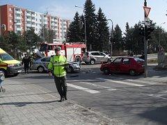Jedno vozidlo narazilo do sloupu, další skončilo na ostrůvku zeleně a policejní automobil zůstal s rozbitou přední části uprostřed silnice. Tak dopadla vážná úterní nehoda v Třebíči.
