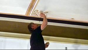 Restaurátoři pracují na freskách okříšského zámku, kde sídlí zdejší úřad městyse.