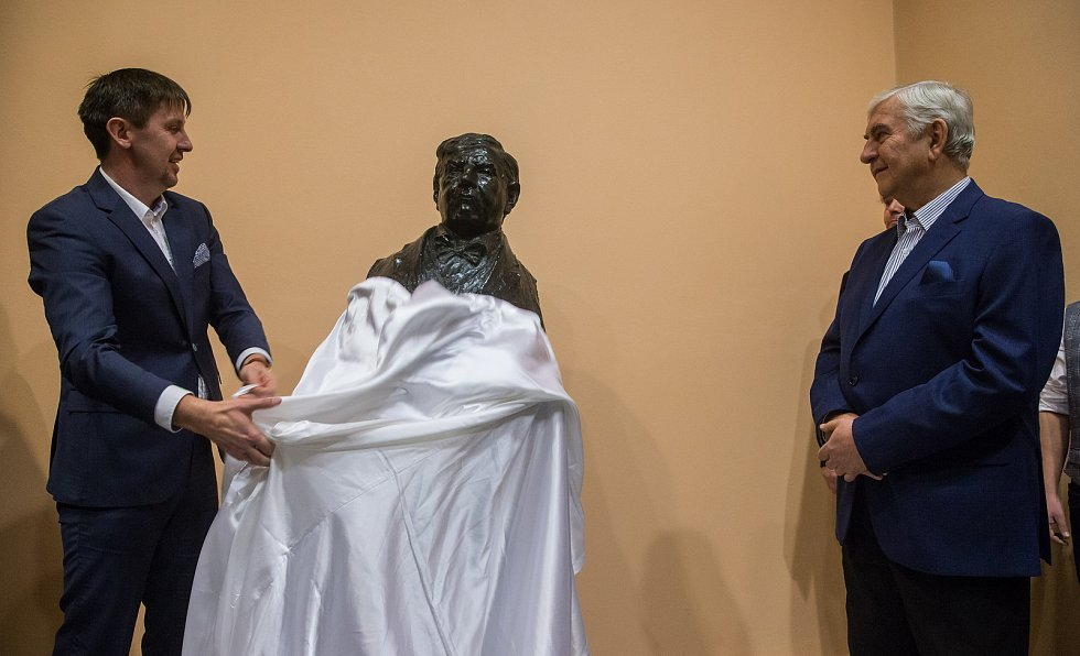 Odhalení busty Miroslava Donutila v třebíčském divadle Pasáž.