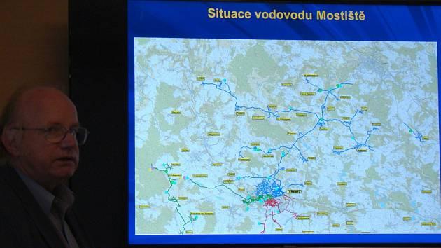 Ředitel třebíčské divize Vodárenské akciové společnosti Jaroslav Hedbávný popisuje, kde všude se pitná voda z přehrady Mostiště na Třebíčsku pije.
