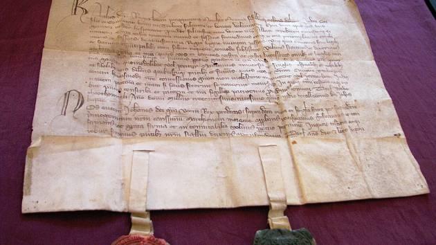 Díky této listině se Třebíč stala právně městem. Zelená pečeť patří markraběti Karlovi a červená jeho otci Janu Lucemburskému.