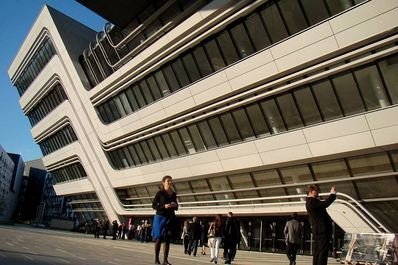 Šestici samostatných budov navrhovalo šest různých světoznámých architektů. Nechybí mezi nimi stavba potažené zrezivělým kovem nebo nakloněná knihovna.