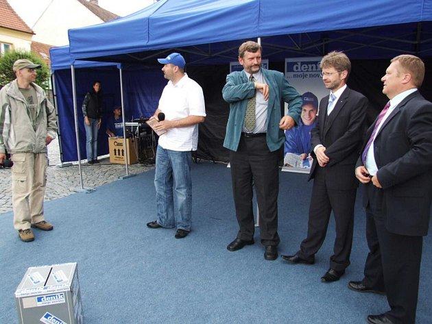 Deník se vypravil do Náměště nad Oslavou. Přímo na náměstí postavil svoji mobilní redakci.