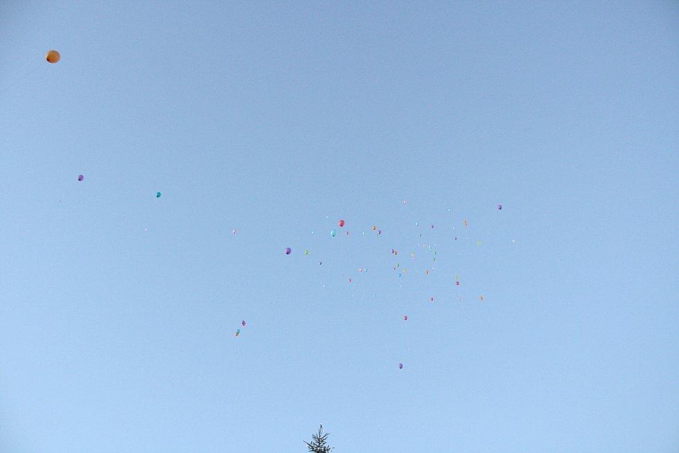 Vypouštění balonků v Jaroměřicích. Foto: Zbyněk Hobza