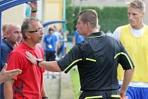 """""""Klid,"""" rázně naznačuje asistent rozhodčího Ivan Vostřejž směrem k Liboru Zelníčkovi v zápase proti Olomouci B."""