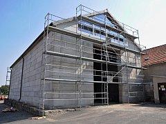 Více posypové soli na zimu budou mít připraveno silničáři v Moravských Budějovicích. V areálu místního cestmistrovství totiž vyrostla nová solná hala.