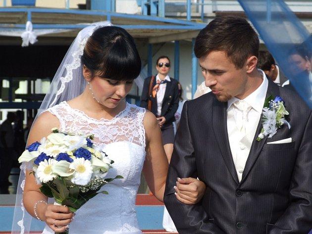 Do stavu manželského vstoupili v sobotu Zdeněk Bohutínský a Petra Muselová přímo na tartanové dráze.