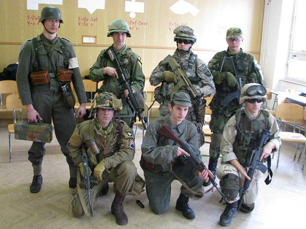 Klub vojenské historie v třebíčské škole.