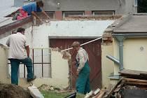 Na místě nevyužité garáže a dvorku vzniká dílna pro pracovní terapii. Kontaktní centrum drogových závislostí v Hybešově ulici, které provozuje třebíčská charita,  nabídne několika desítkám svých klientů pracovní terapii.
