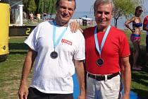 Triatlonisté Petr Mejzlík (na snímku vlevo) a Zdeněk Mikoláš vezou z Maďarska stříbrné medaile.