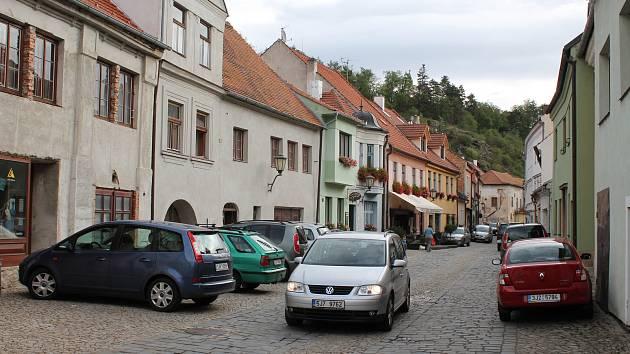 Třebíčská radnice chce omezit dopravu v židovské čtvrti. Aut je tam příliš