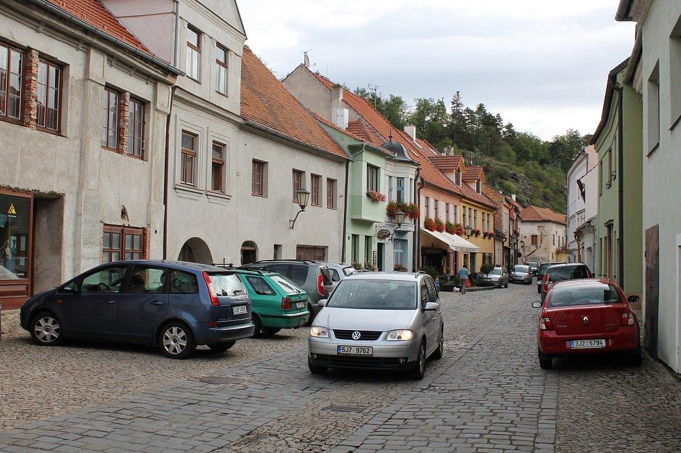 Ulice Židovského města v Třebíči bývají přes den plné parkujících aut.