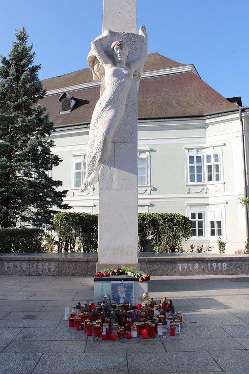 I v Moravských Budějovicích se lidé symbolicky loučí se Zlatým slavíkem Karlem Gottem.