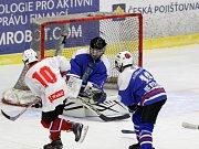 Mladší dorostenci Horácké Slavie (v bílém) zažili v dohrávaném utkání druhého kola nadstavbové části proti Vlašimi (na snímku) gólovou radost celkem devětkrát. Třebíčští se rozstříleli až ve třetí třetině, kdy skórovali pětkrát.