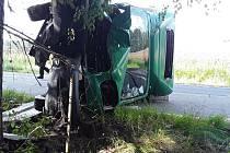 U Třeštice narazil nákladní vůz do stromu.