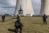 Policejní zásahová jednotka, která má na starost bezpečnost Jaderné elektrárny Dukovany na Třebíčsku, zvýšila svůj početní stav přibližně o třetinu a zkvalitnila výzbroj a vybavení.