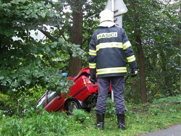 Automobil z příkopu vytahovala hasičská jednotka.