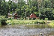Veřejné tábořiště Fiola pod Mohelnem má své štamgasty. A ti se znají s chataři odnaproti. Přebrodit mělkou řeku není problém.