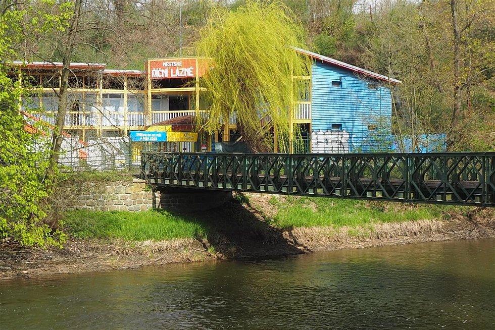 Lávka, která překlenuje řeku Jihlavu u koupaliště Polanka získá nové umístění. Na současném místě nemůže zůstat, protože nesplňuje protipovodňové požadavky.