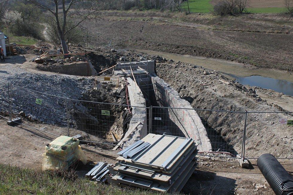 Rekonstrukce vodní nádrže Markovka nedaleko Třebíče skončí příští rok na jaře. Na snímku opravovaný bezpečnostní přeliv, Markovka je stavěná na tisíciletou vodu.