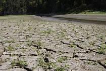 Půda bez vláhy vysychá. A prognózy meteorologů nejsou pro zemědělce vůbec příznivé.