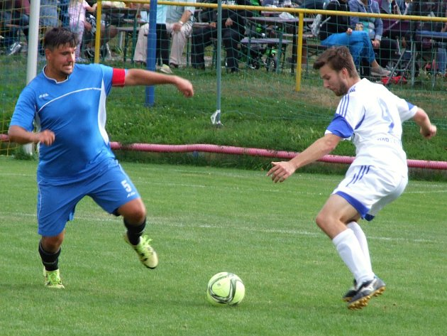 Stařečský Jan Rambousek (vlevo) proměnil v Rokytnici pokutový kop a dvě minuty před koncem tak svému týmu zajistil tři body.