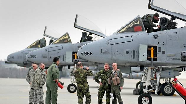 Na vrtulníkové základně v Náměšti nad Oslavou ve středu příletem čtyř letounů A-10 Thunderbolt z 354. stíhací letky vzdušných sil USA, dislokované v Německu, začal výcvik českých předsunutých leteckých návodčích.