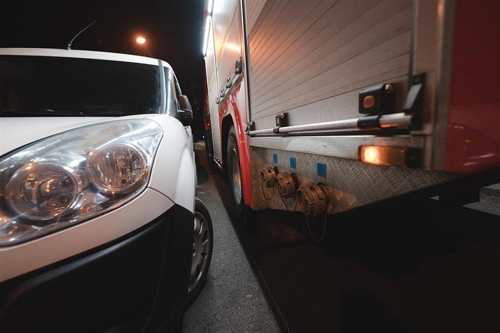 Profesionální hasiči vyzkoušeli průjezd zásahovým vozidlem i plošinou v nejrizikovějších ulicích.