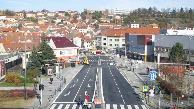Po necelých třech měsících mohou Komenského náměstím opět projíždět auta. Okolí s chodníky, které opravuje město Třebíč, by mělo být hotové do konce listopadu.