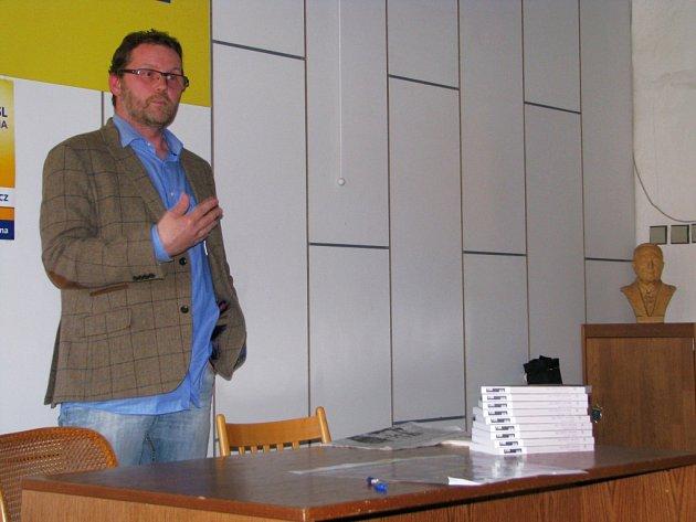 V Třebíči mluvil o své knize Babické vraždy 1951 a odpovídal na dotazy čtenářů.