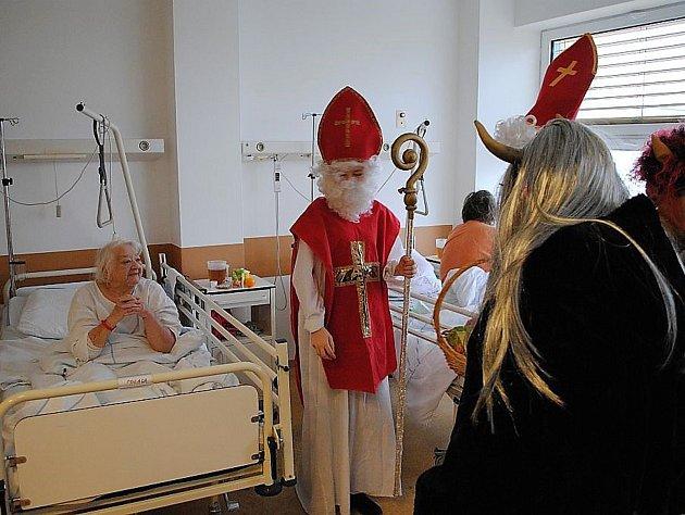 Pacienty Nemocnice v Třebíči navštívil v úterý Mikuláš v doprovodu anděla a čertů.